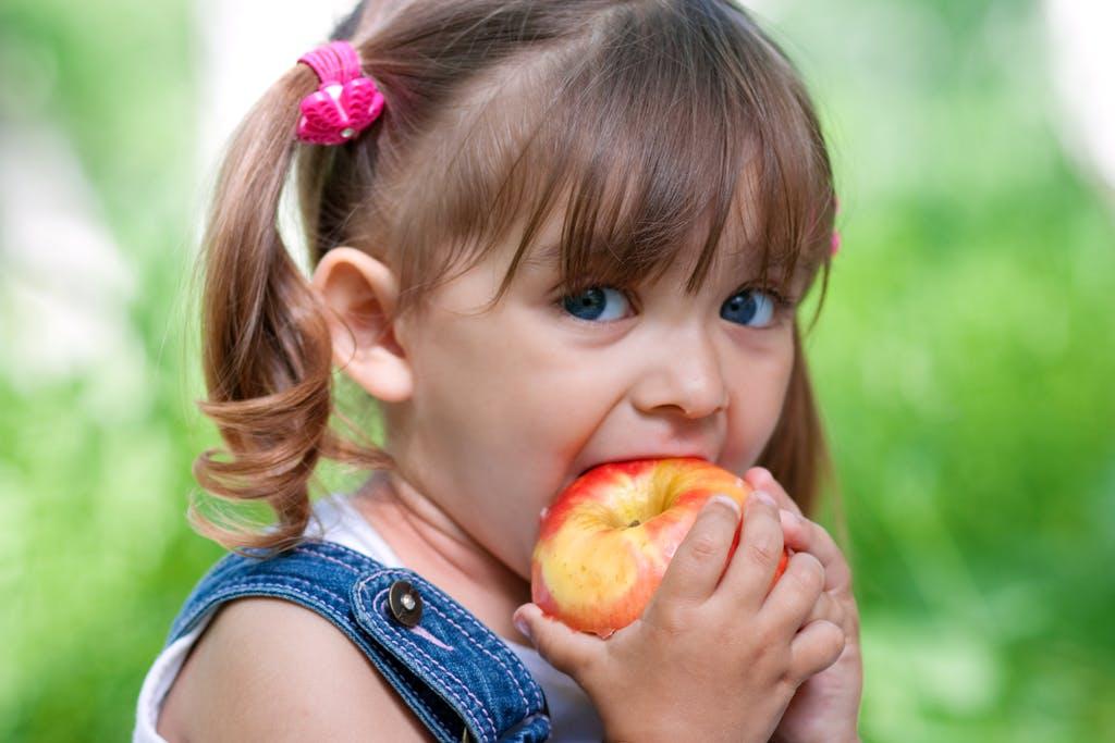 devojčica i jabuka