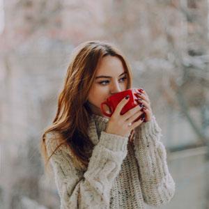 devojka-pije-čaj